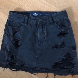 Kort och snygg jeanskjol i svart från Hollister. Kostar 500 nypris. På bild tre kan det se ut som ett hål där bak men det är endast smuts på spegeln.  Kan mötas upp i Borås men frakta funkar lika bra, men då tillkommer frakt avgift😚