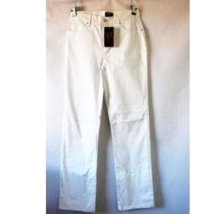 Vita vintage raka byxor köpta på Humana med lappen kvar så helt nya. Spontanköp som var för stora. Midjemått 76 cm, benvidd 19 cm. Påminner om Acne Pop modellen. Frakt 59 kr.