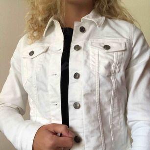 Helt oanvänd, som ny vit jeans jacka från Banana Republic. Köpt i USA. Säljer den eftersom jag fick den men använder aldrig vitt. Fickor med knappar och innefickor.
