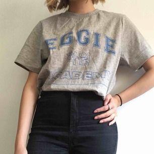 T-shirt från märket Eggie av Youtubern Jenn Im. Jätteskönt och tjockt tyg (inte billigt hm trams) som verkligen känns välgjort. Skulle säga att Medium också kan ha den. Sparsamt använd och säljs eftersom att jag glömmer bort att jag äger tröjan.
