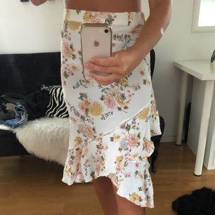 Helt oanvänd kjol i vackra blommor. Det är en volang kjol och endast tvättad en gång. Köpt på Capri collection för mycket dyrare.  Kan mötas upp i Borås men frakta funkar lika bra, men då tillkommer frakt avgift😚