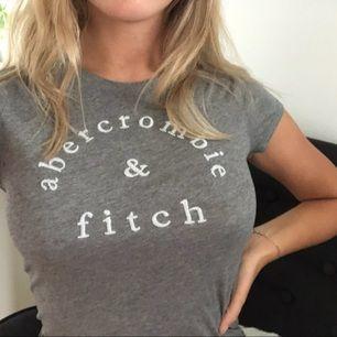 T-shirt från Abercrombie. Texten är i vitt med lite glitter på. Storleken är XL på deras barnavdelning vilket motsvarar S i damstorlek. Kan mötas upp i Borås men om den ska fraktas kommer en liten avgift!❤️