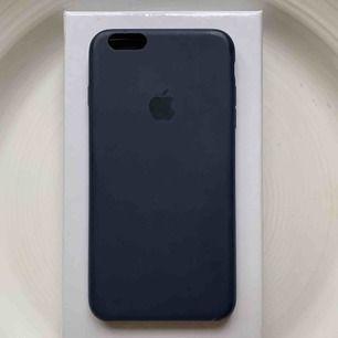 Marinblått skal till iPhone 6 Plus, 6S Plus och passar flera andra iPhones. Fint skick men har några skador. Nypris: 400kr. Pris: 120kr + frakt💙