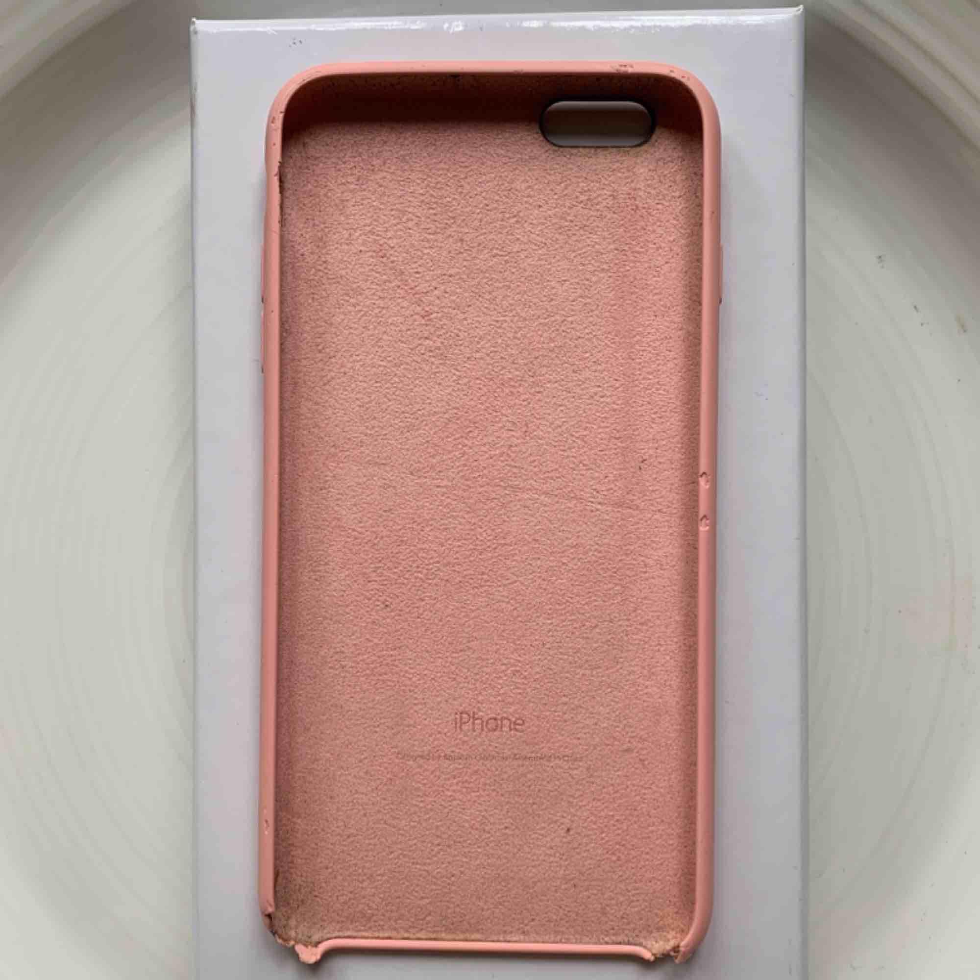 Rosa skal till iPhone 6 Plus, 6s Plus och passar flera andra iPhones. Skick: Se bild. Nypris: 400kr. Pris: 100kr + frakt💗. Accessoarer.