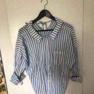 Supersnygg blus/skjort från Zara. Lätt att matcha med olika outfits!