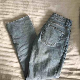 Supersnygga jeans från Zara. Tajta upptill men har en liten bootcut nertill som slutar vid ankeln, super snyggt! :)