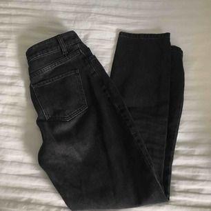 Svartgrå lite pösiga jeans från Na-KD. Jätte bra skick då dom aldrig är använda pga försmå för mig. Supersnygga nu till hösten! Nypris 400kr