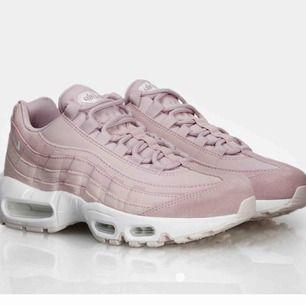 Säljer mina rosa Nike air max 95 då jag ej använder dem längre! Dem är superfräscha och i gott skick! Skriv för mer bilder och pris kan diskuteras💕😁🔥