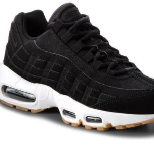Skit snygga sneakers. Modell: Nike air Max 95. Köpte dem i vintras o har använt dem fåtals gånger. Nästan som nya. Skriv till mig vid intresse så kan ni få bilder på skorna! Möts upp i Malmö eller står kunden för frakten!