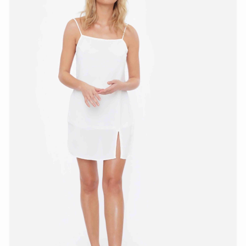 Säljer min underbara studentklänning! Använd endast på förmiddagen på studenten. Köptes för 400 kr. Perfekt till både firande och varma dagar!!. Klänningar.