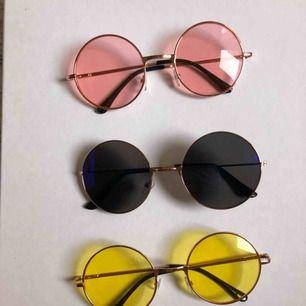 Fem par fina solglasögon i olika färger! Säljer endast som ett paket. ❤️🧡💛💚💙 Kan hämtas i Hornstull eller skickas med posten