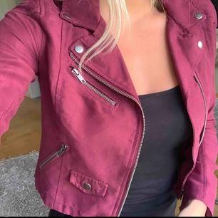 Röd/lila jacka från H&M 50:- eller bud Köparen står för frakten! Endast Swish