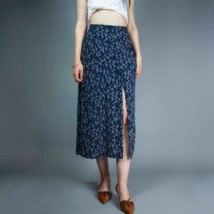 Vintage 90s silk buttoned up floral midi skirt in navy size M-L Barely visible flaw of the pattern (see photo) SIZE Label: XXL, fits best M-L with different tightness Model: 173/S (big on her) Measurements (flat): length: 83 cm waist: 41 cm