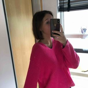 En helt oanvänd mörkrosa tröja från hm, i mycket bra skick alltså! Stor i storleken, mer som S/M än XS. Ordinariepris: 400kr