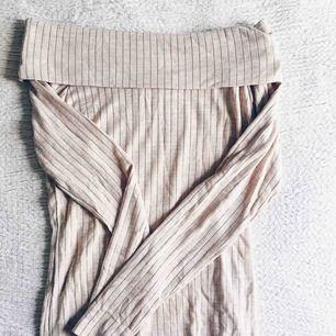 Beige ribbstickad bandeu topp med långa ärmar från bikbok