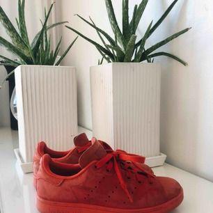 Jätte snygga stan Smith skor i röd mocca. Osäker om dem fortfarande finns. Använda sparsamt. Fraktar ;)