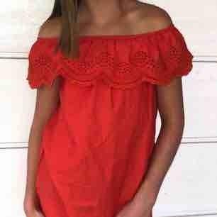 Orange röd klänning, använd ca 2 gånger, inte fläckar eller skador! Köpt för ca 350 kr.
