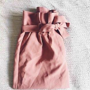 Det är med SORG i hjärtat som jag släpper dessa ursnygga paperbag byxor i den perfekta rosa nyansen. Med raka ben och en förlåtande midja så kan jag som inte är en XS i vanliga fall använda dessa utan problem. Knyt bara midjan så tajt som du vill ha den
