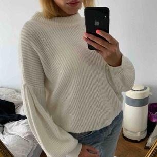 En sjukt snygg stickad tröja i mjukt bomull. Inte alls stickig eller liknande vilket många tröjor kan vara! Denna har ballongärmar samt sitter lite oversized. Sjukt mysig till höst/vinter!