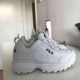 Vita sneakers från fila i storlek 37 Inte mycket använda! Bra skick! Säljer pga knappt ingen användning. Finns i huskvarna men kan även frakta.