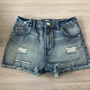 Blåa fina shorts i storlek 9-10 år. Köpta från river island för ca ett halv år sedan. Använda 2 gånger!   Köparen står för frakten!!!