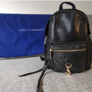 Säljer nu min Rebecca Minkoff Mini M.A.B i svart läder. Väskan är köpt 2017 och i mycket gått skick då den knappt är använd. Nypris 2800kr. Orginaldustbag medföljer.  Möter upp i Stockholm. Hör av dig om du har frågor eller vill se fler bilder.  😊