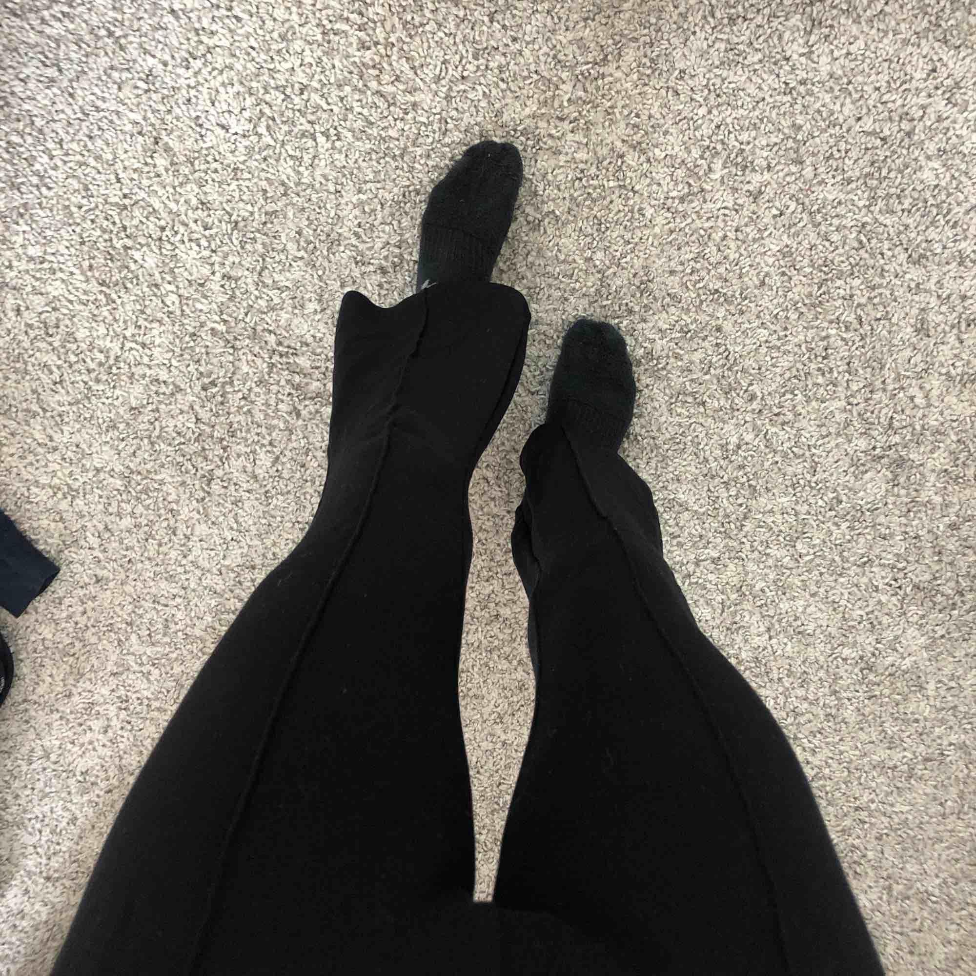 Svarta utsvängda mjukisbyxor med en sömn på varje ben, köpta på Cubus. Använd 3 gånger, i storlek 158 ( passar xs )   Köparen står för frakten!!!. Jeans & Byxor.