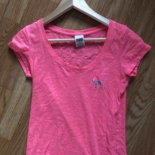 Neon rosa t-shirt från Victoria Secret Pink köpt i USA i storlek XS. (Frakten är inräknad i priset) kan mötas upp på söder eller frakta💖 Hör av dig vid eventuella frågor! :)
