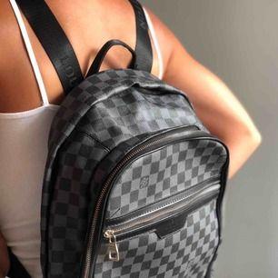 LV AAA kopia köpt i Dubai förra året. Använd ca 2ggr. Snygg ryggväska med bra förvaring. Köpt för 900:- 🖤
