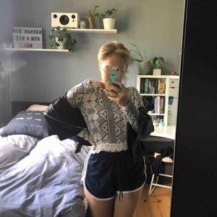 Superfin och skön långärmad tröja från H&M, den är croppad och är väldigt tunn. Längst ner har den en spetskant. Jag är S och den passar mig, så jag skulle säga att den passar XS-S