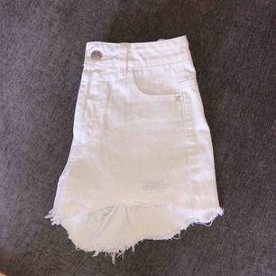 Vita shorts från new look 915, jätte snygg passform. Använda max 2 gånger. Nypris 350 kr.