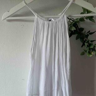 Vitt linne med spetsdetalj i nederdelen.