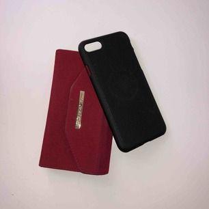 Ideal of sweden plånbokskal i röd mocka med ett svart magnetiskas! Nypris 500 för de röda och 200 för de svarta!