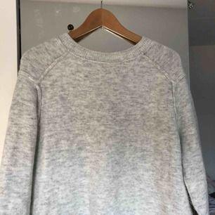Stickad ljusgrå tröja, visar gärna bättre bild om intresse finns; hur den sitter på osv. Ordinariepris: 400kr