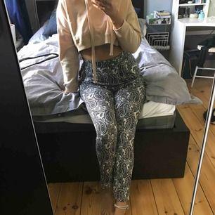 Sköna, tunna mjukisbyxor med mönster från H&M. Dem är väldigt högmidjade. Storlek S men passar även M. Använda ett fåtal gånger, det ända är att det är ett litet hål på insidan av ena fickan