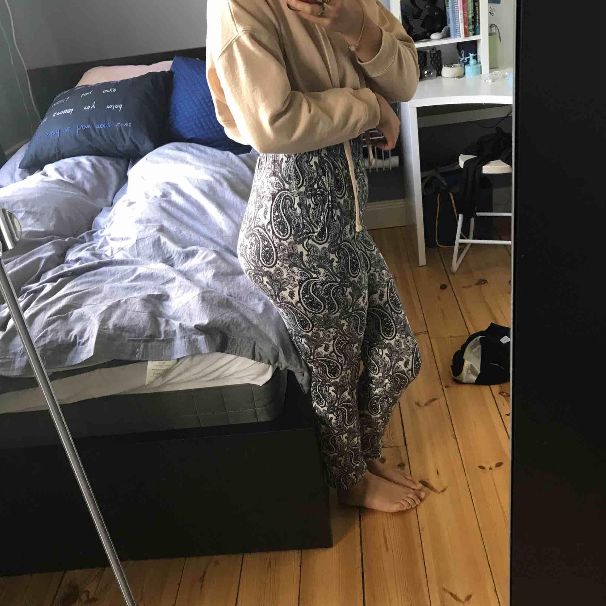 Sköna, tunna mjukisbyxor med mönster från H&M. Dem är väldigt högmidjade. Storlek S men passar även M. Använda ett fåtal gånger, det ända är att det är ett litet hål på insidan av ena fickan. Jeans & Byxor.