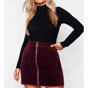Vinröd kjol från boohoo, aldrig använd endast provad. Tyget är manchester ish, med lite mer jeanskänsla, dragkedja på framsidan. Säljer oga gillar inte hur den sitter på mig bara. Köparen betalar frakt på 30 kr! 🥰