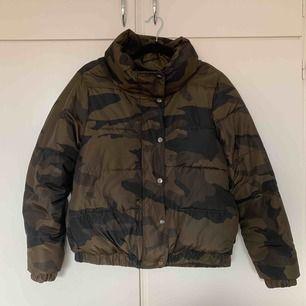 Militärfärgad puffer jacket med text i bak från Zara. Passar både S och M. Använd 1 gång och säljes för 150kr + frakt om vi inte kan mötas upp i Gävle.