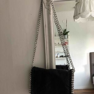 Väska från Tiamo, köpt på scorett. Nypris 499kr, fint skick. Har ett fack med dragkedja på baksidan, samt tre fack på insidan varav ett är med dragkedja. Frakt: 60kr💓