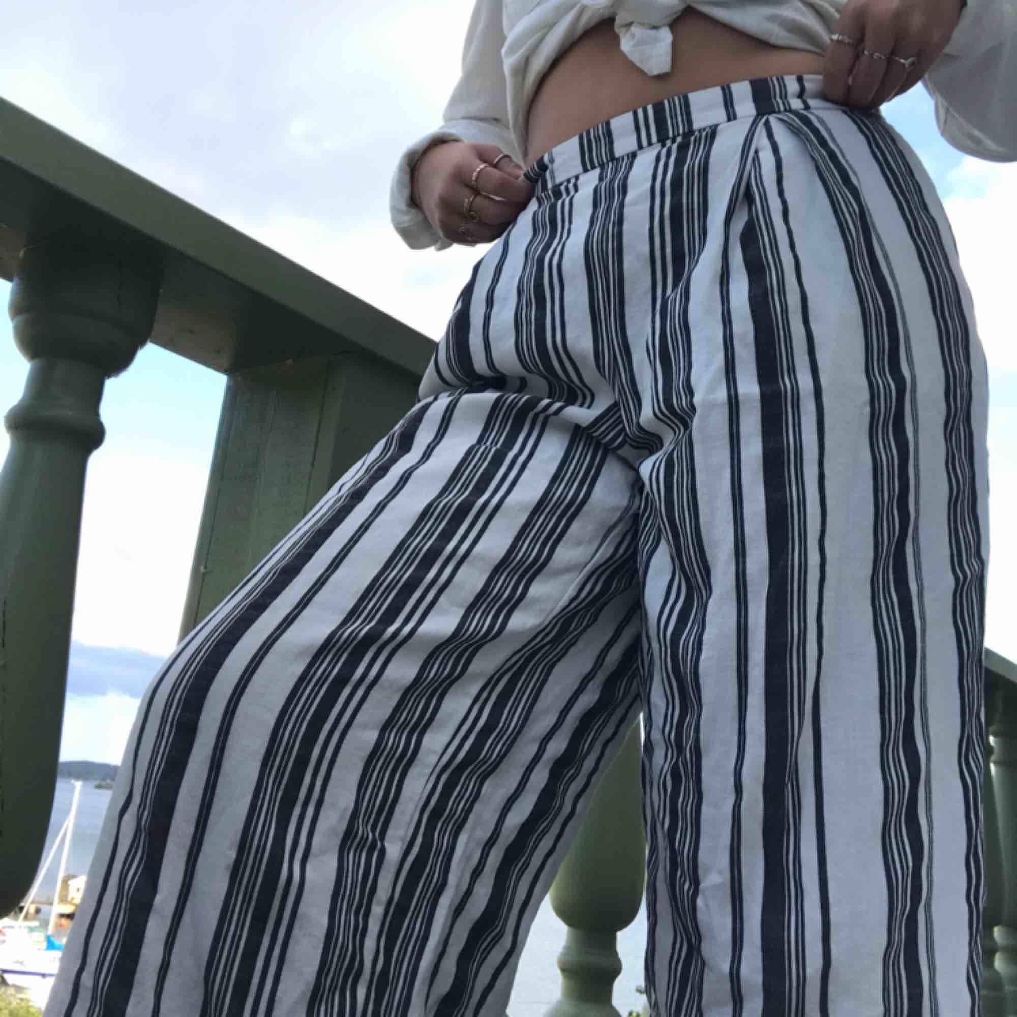 Vida, randiga byxor från Monki. Ganska stora i storleken. Tunna och jättesköna på sommaren. Säljer då dem är för stora för mig. . Jeans & Byxor.