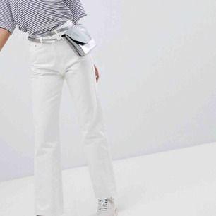 FEEEETT snygga byxor i modellen ROW från weekday!! Vita, jeans. Strlk 28/32, passar mig som är ca 170 cm lång. Bra skick, inte använda mycket!!! Kan båda fraktas o mötas, hör av vid frågor kram💓🥰💓