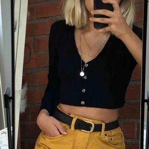 Svart stickad tröja från Urban Outfitters. Är väldigt mjuk och skön. Har tvättats ett par gånger så är lite nopprig men annars i toppskick.