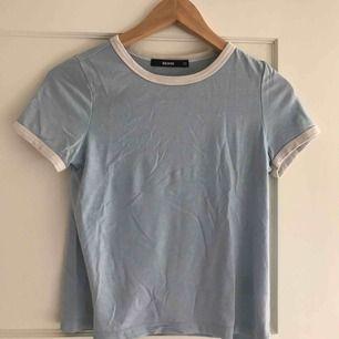 Jätte fin t-shirt från bikbok som säljs pga att den är för liten. Kontakta för mer info!