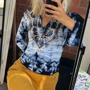 En blå fin tröja från Bik Bok. Är i storlek M men passar mig själv som är en S utmärkt. Den är väldigt mjuk och len så är superskön att ha på sig.