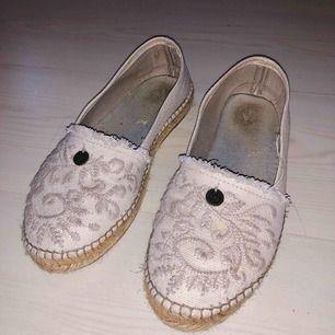 Ljusrosa Odd Molly skor med fina detaljer i storlek 39.