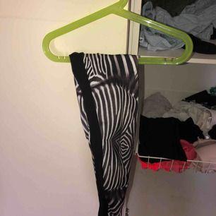 Snygga träningstights med zebra mönster fram o svarta bak, okänt märke. Skickas för fraktkostnad.