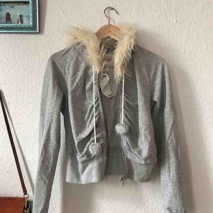 Sjukt ball hoodie från fornarina, klassisk 2005-stil! Köptes på emmaus för en 00-fest men användes aldrig så prislapp sitter kvar! Frakt: 75kr