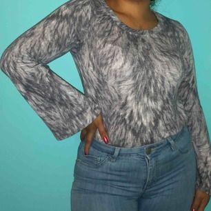 Grå mönstrad långärmad tröja 💛 Från Gina Tricot 💛 Storlek S 💛 Möts upp eller så står köparen för frakt!  ❗️Första kunden att höra av sig får tröjan❗️