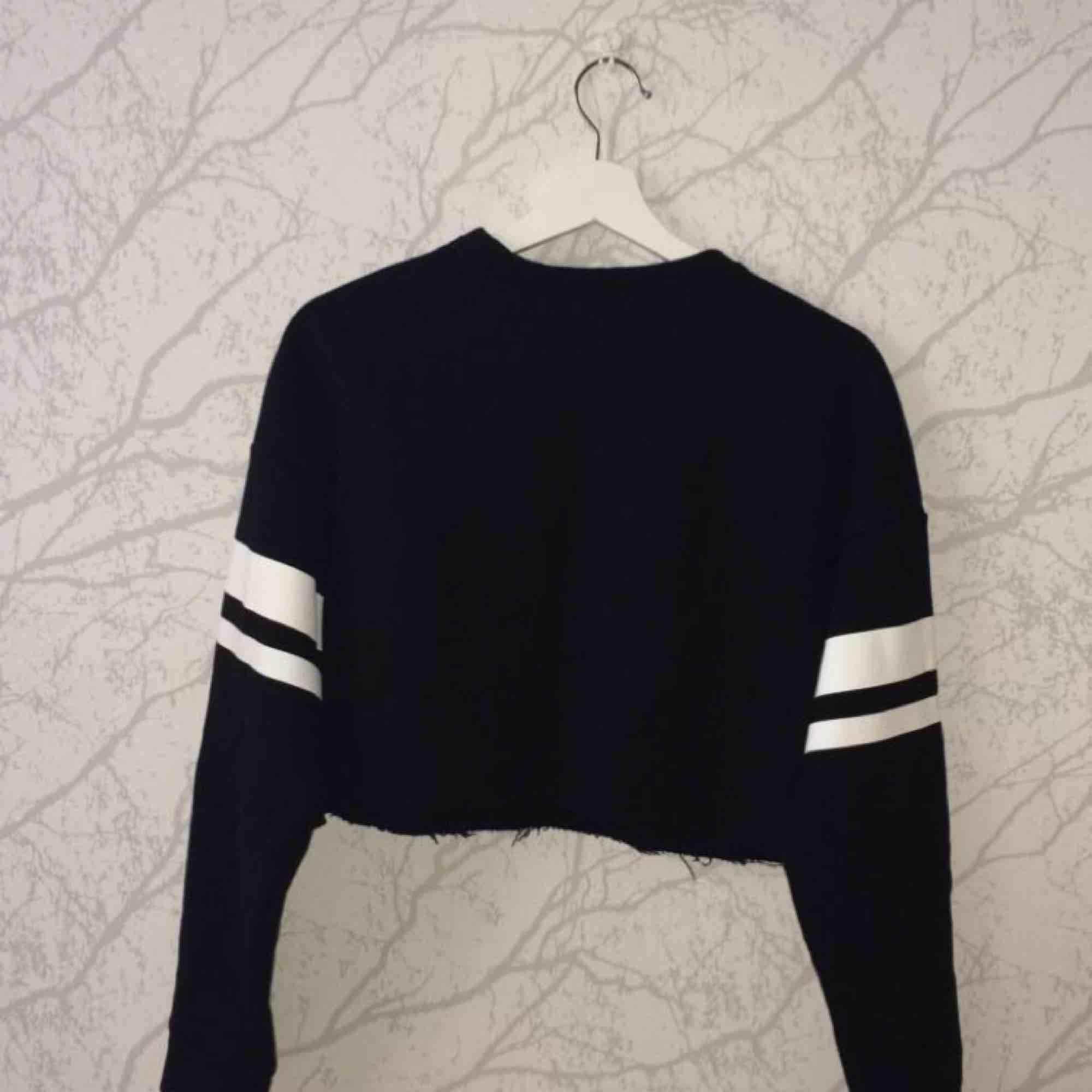 En svart hoodie med text på. I bra skick och aldrig använd. Storlek S.. Tröjor & Koftor.