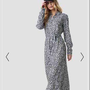 Lång leopard klänning från NAKD aldrig använd Köpt för 499kr